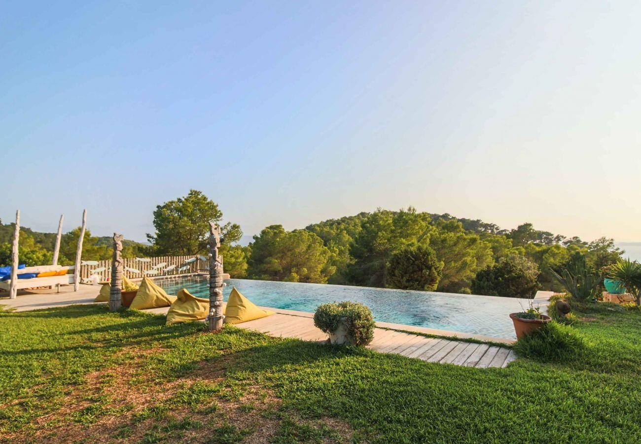 Pool und Aussicht von der Villa Sarahmuk auf Ibiza