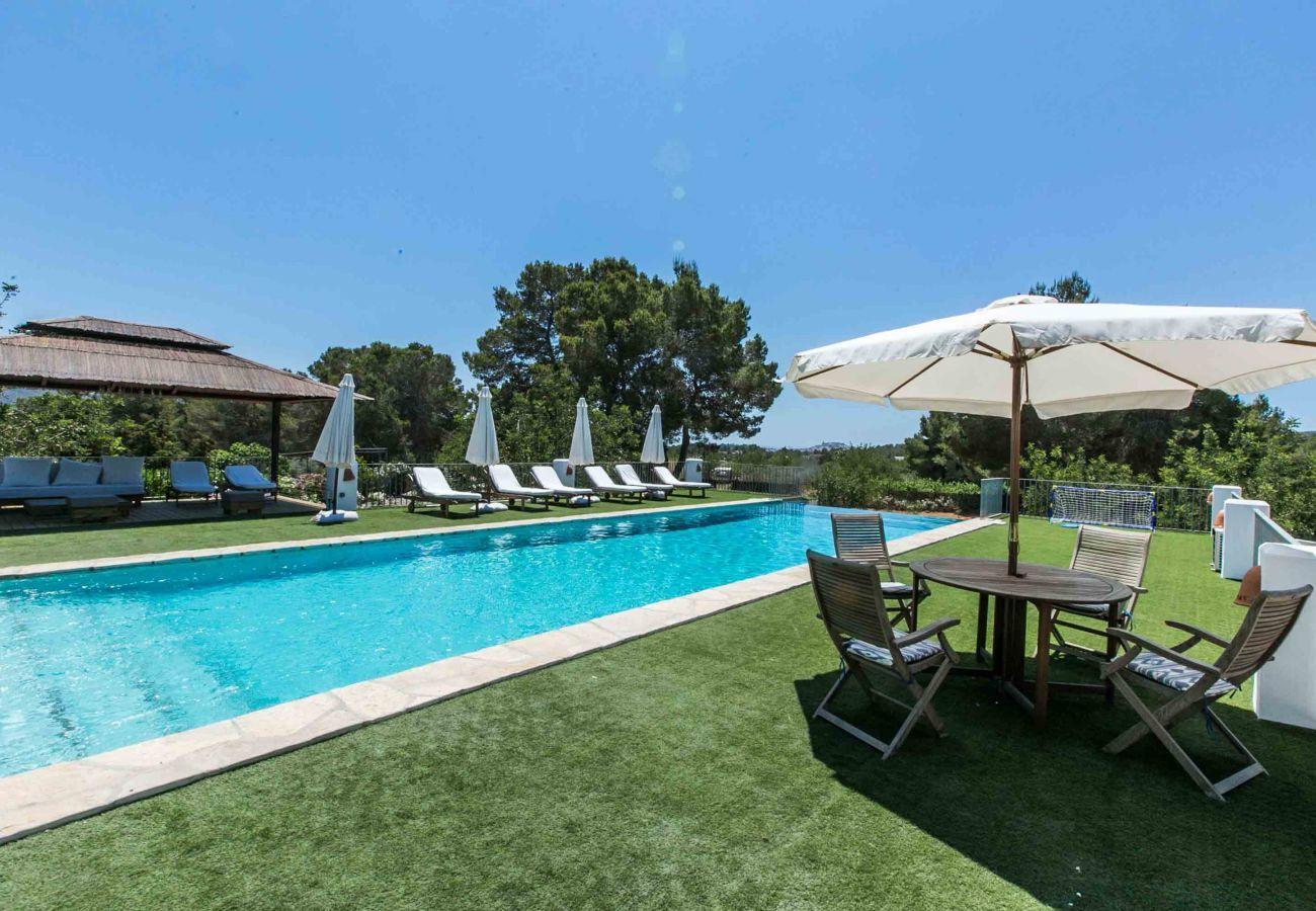 Garten und privater Swimmingpool der Villa Numy in Santa Eulalia